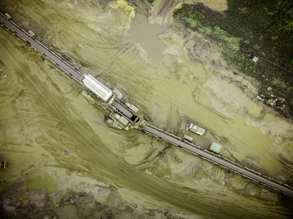 Blick aus ca. 100m Höhe auf die Förderbänder